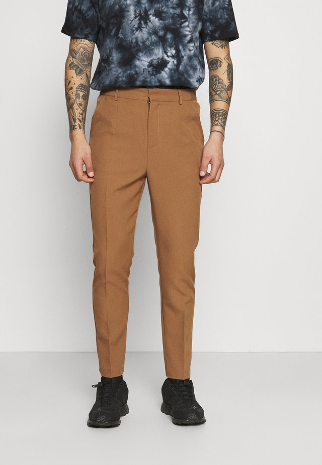 AFTERMATH TAPERED SUIT TROUSER - Chino - light brown