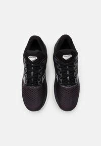 Saucony - TRIUMPH 18 - Chaussures de running neutres - charcoal/white - 3