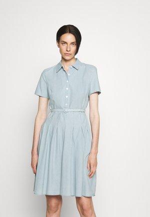 EMERSON SHORT SLEEVE DAY DRESS - Shirt dress - chambray wash
