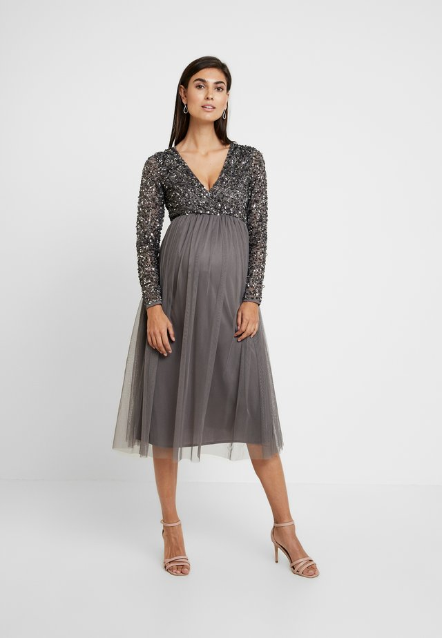 LONG SLEEVE WRAP MIDI DRESS WITH DELICATE SEQUIN EMBELLISHMENT - Juhlamekko - charcoal