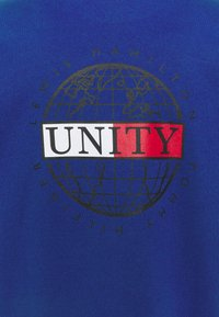 Tommy Hilfiger - LEWIS HAMILTON OVERSIZED UNITY GLOBE TEE - Print T-shirt - sapphire blue - 7