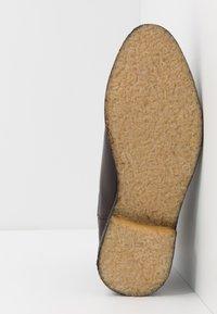 Les Deux - EXCLUSIVE CHEALSEA BOOT - Kotníkové boty - dark brown - 4