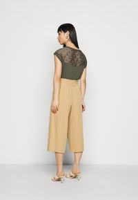 ONLY Petite - ONLTHEIA JOURNEY LIFE CULOTT - Pantalones - iced coffee - 2