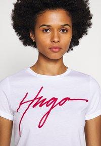 HUGO - THE SLIM TEE - T-shirt z nadrukiem - white - 3