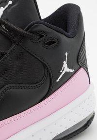 Jordan - MAX AURA 2 UNISEX - Basketbalové boty - black/white/light arctic pink - 5