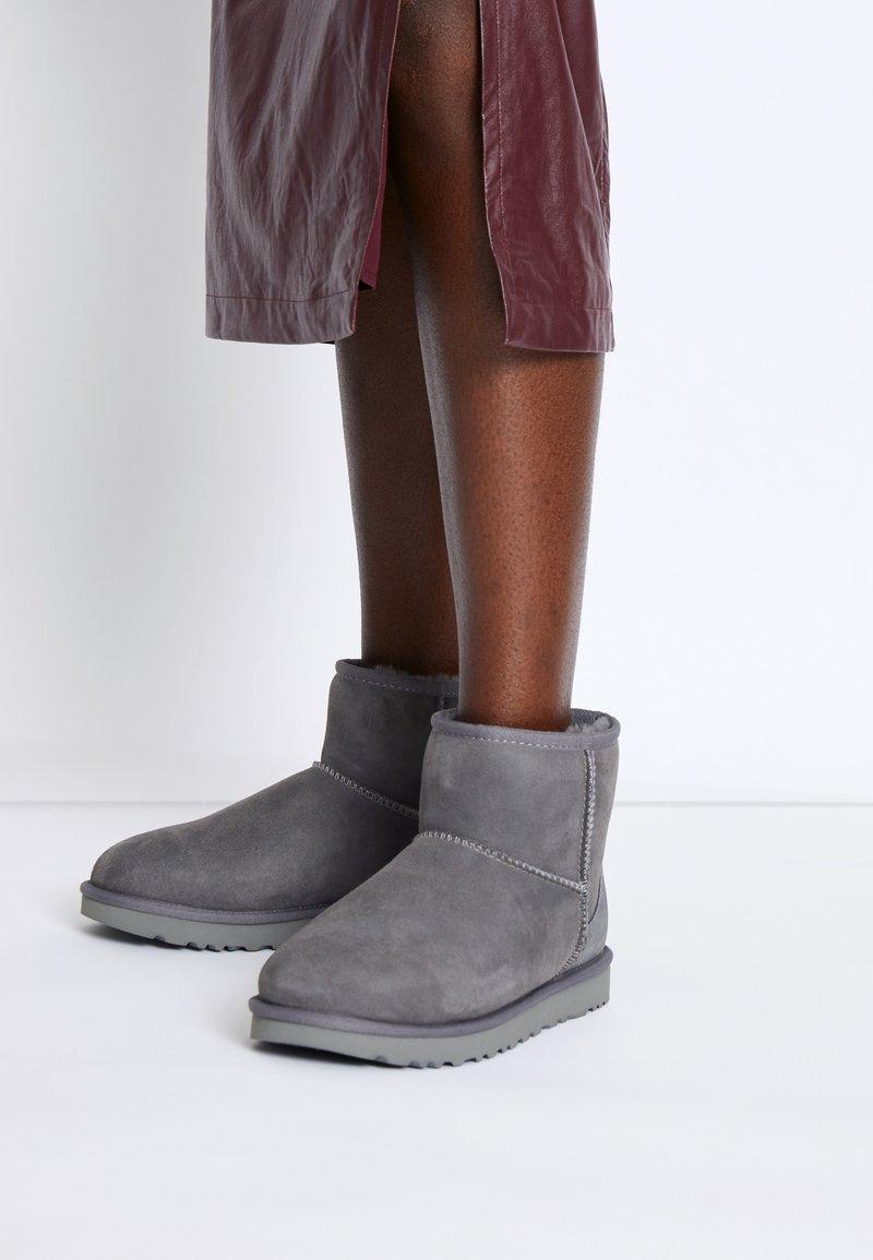 UGG - CLASSIC MINI II - Classic ankle boots - grey