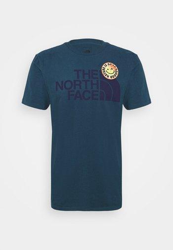 PATCHES TEE ASPHALT - Print T-shirt - monterey blue