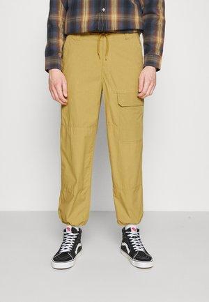 GLYNDON PANT - Reisitaskuhousut - dark khaki