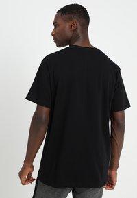 Mennace - ESSENTIAL REGULAR RELAXED SIG TEE UNISEX - T-shirt - bas - black - 2
