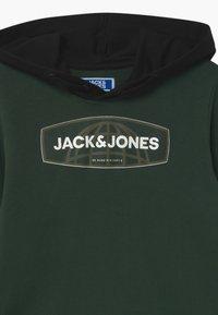 Jack & Jones Junior - JCOAXEL HOODY - Hoodie - darkest spruce - 2