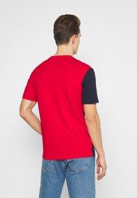 Lacoste - T-shirt print - rouge/naturel clair/marine - 2