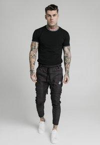 SIKSILK - RINGER GYM TEE - T-shirts basic - black - 0