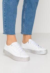 Tommy Hilfiger - GLITTER FOXING DRESS SNEAKER - Sneakers - white/silver - 0