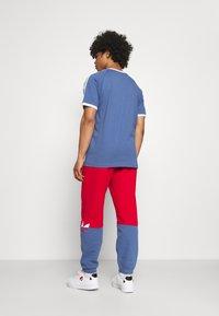 adidas Originals - SLICE - Träningsbyxor - scarlet/crew blue - 2