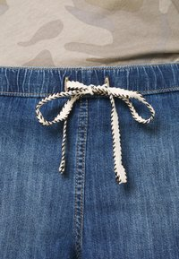 Roxy - GO TO THE BEACH - Denim shorts - medium blue - 5