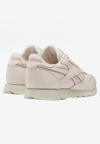 Reebok Classic - CLASSIC LEATHER SHOES - Sneakers - pink/white/off-white - 3
