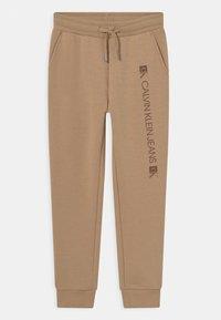 Calvin Klein Jeans - MONOGRAM BLOCK LOGO - Teplákové kalhoty - summer stone - 0