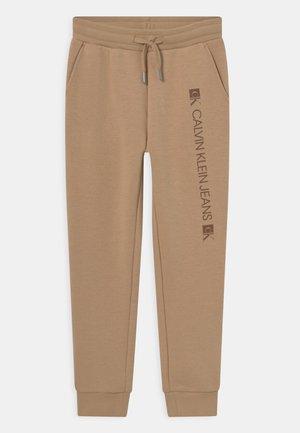 MONOGRAM BLOCK LOGO - Pantalones deportivos - summer stone