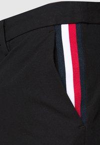 Tommy Hilfiger - DENTON CORP STRIPE - Shorts - black - 4