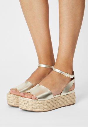 Korkeakorkoiset sandaalit - light gold
