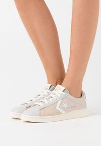 Converse - PRO LEATHER  - Sneakers basse - khaki/silt red/egret - 3
