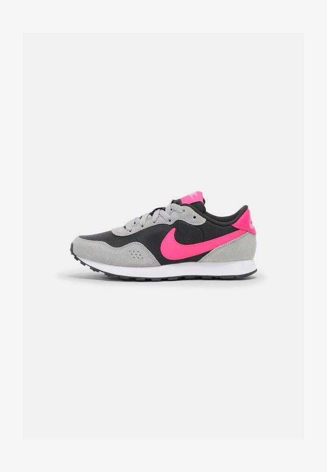 MD VALIANT - Sneakersy niskie - smoke grey/hyper pink