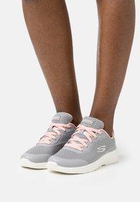 Skechers Sport - DYNAMIGHT 2.0 - Zapatillas - gray/coral - 0