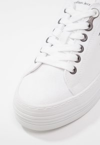 Calvin Klein Jeans - ZOLAH - Joggesko - white - 6