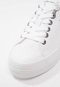 Calvin Klein Jeans - ZOLAH - Tenisky - white - 6
