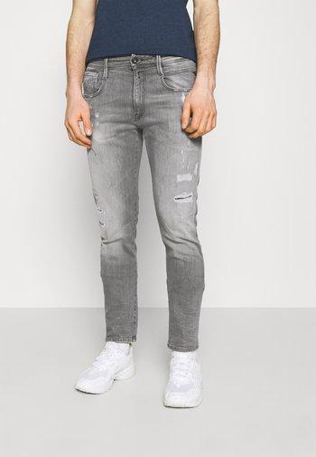 ANBASS AGED ECO - Slim fit -farkut - medium grey