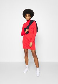 Nike Sportswear - DRESS MOCK - Sukienka z dżerseju - crimson - 1