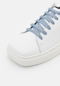 Joshua Sanders - EXCLUSIVE SQUARED SHOES  - Sneaker low - white/artik touch - 6