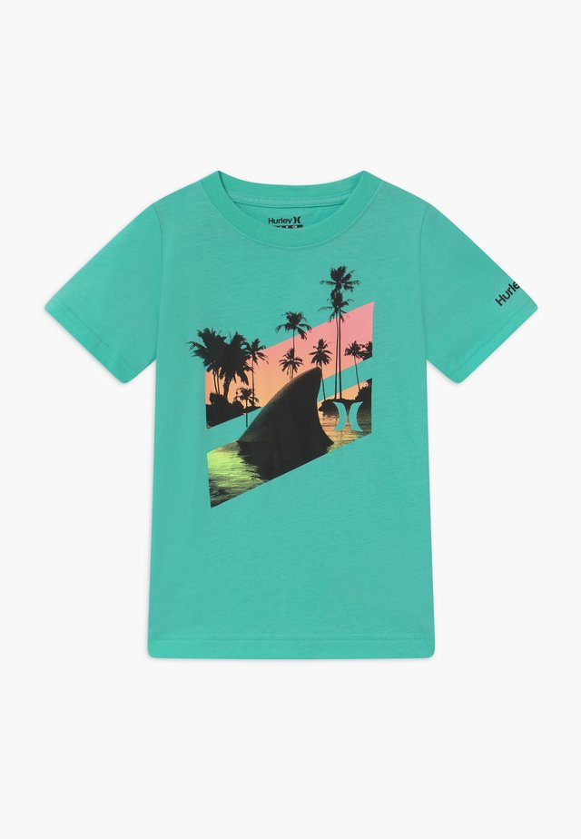 SHARK SLASH  - T-shirts med print - tropical twist