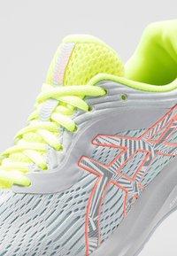 ASICS - GEL-PULSE 11 LS - Zapatillas de running neutras - piedmont grey/sun coral - 5