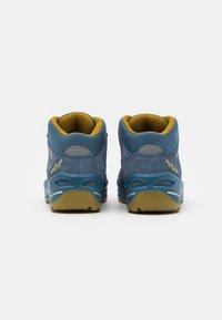 Lowa - ROBIN GTX UNISEX - Hiking shoes - stahlblau/senf - 2