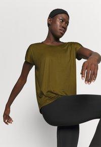 Nike Performance - DRY ELASTIKA - Camiseta de deporte - olive flak/volt/black - 3