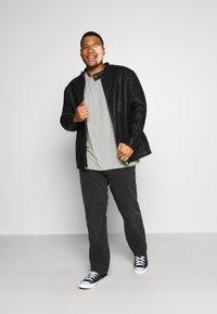Pier One - 5 PACK - Basic T-shirt - khaki/grey/dark blue - 0