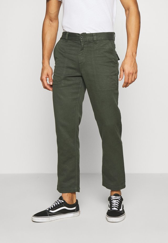 NINETY TWOS HEMP RELAXED FIT PANT MILITARY - Bukse - military