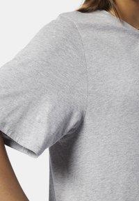 Reebok - TRAINING SUPPLY GRAPHIC TEE - T-shirt print - grey - 5