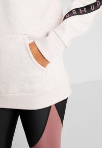 Under Armour - FLEECE HOODIE TAPED WM - Jersey con capucha - hushed pink medium heather/black - 6