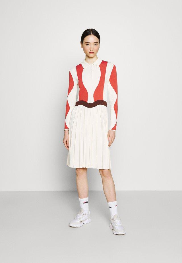 SERENA DRESS - Pletené šaty - eggnog/potting soil