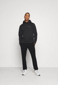 Tommy Jeans - SOLID SCANTON PANT - Trousers - black - 1