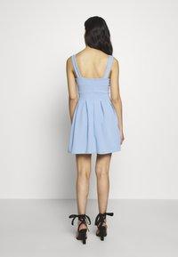 WAL G PETITE - EXCLUSIVE V NECK MINI DRESS - Žerzejové šaty - pale blue - 2