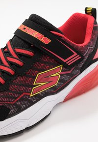 Skechers - THERMOFLUX 2.0 - Tenisky - black/red/lime - 5