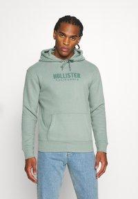 Hollister Co. - TECH LOGO TONAL - Jersey con capucha - green - 0