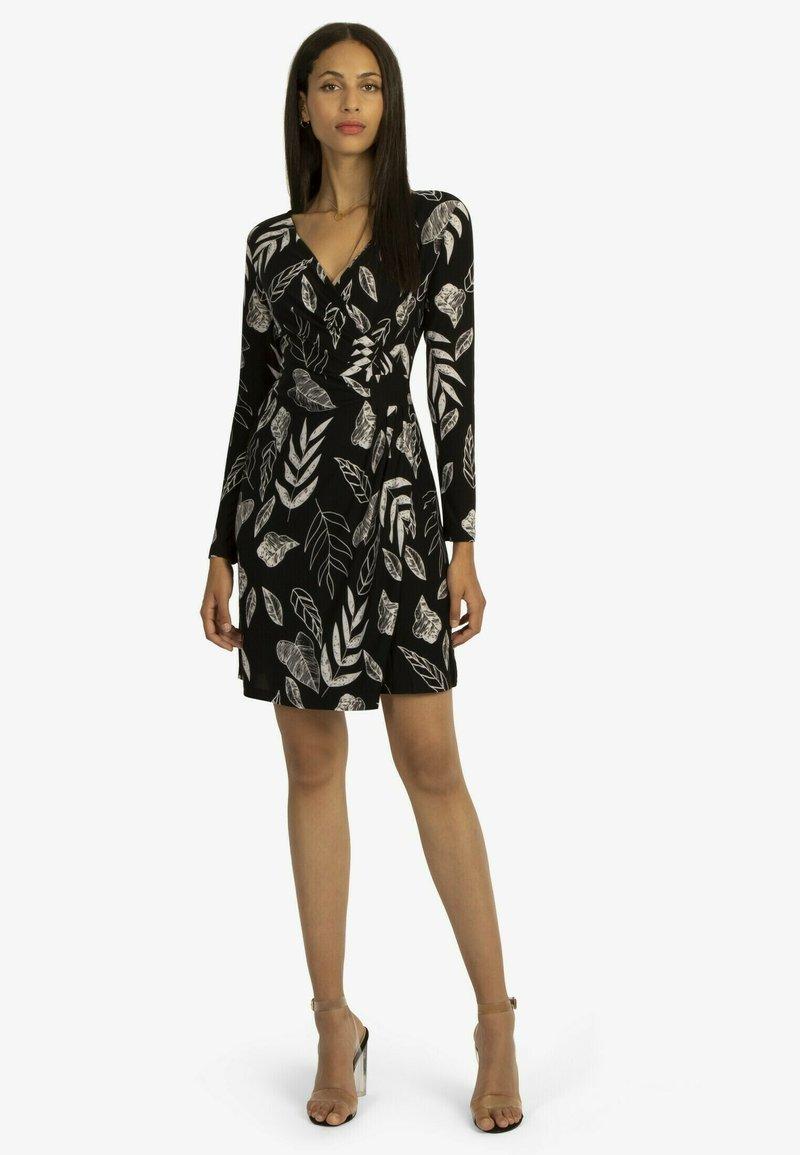 Apart - BLÄTTER - Day dress - schwarz-weiß