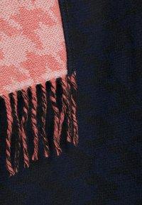 MAX&Co. - MISTRAL - Cape - peid de poule blue/bell red - 2