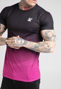 SIKSILK - FADE TEE - T-shirt med print - black/pink - 4