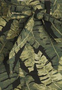 Object Petite - OBJFANA - Shorts - black/leaves - 2