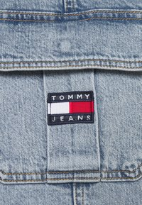 Tommy Jeans - CARGO DUNGAREE DRESS - Dongerikjole - light-blue denim - 7